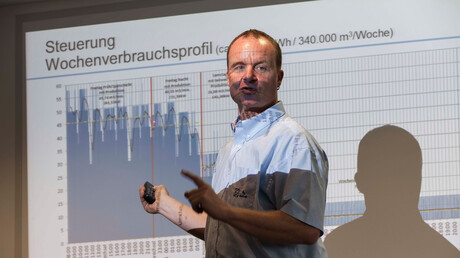 ZF Friedrichshafen employee Baumgarten shows the weekly compressed air demand profile